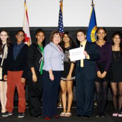 La Alcaldesa Jacobs con asistentes de Liderazgo para Jóvenes