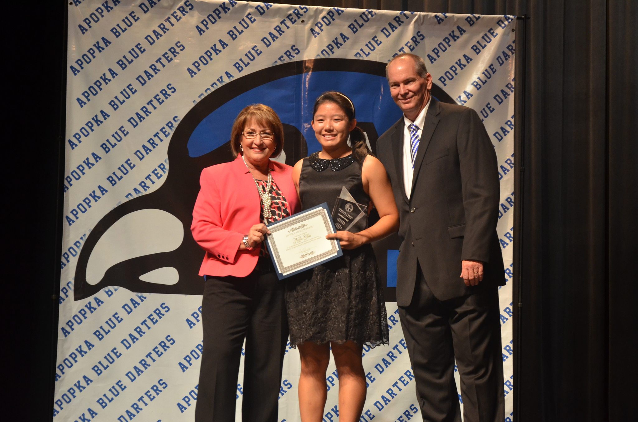 Mayor Jacobs presents award to Apopka High School student