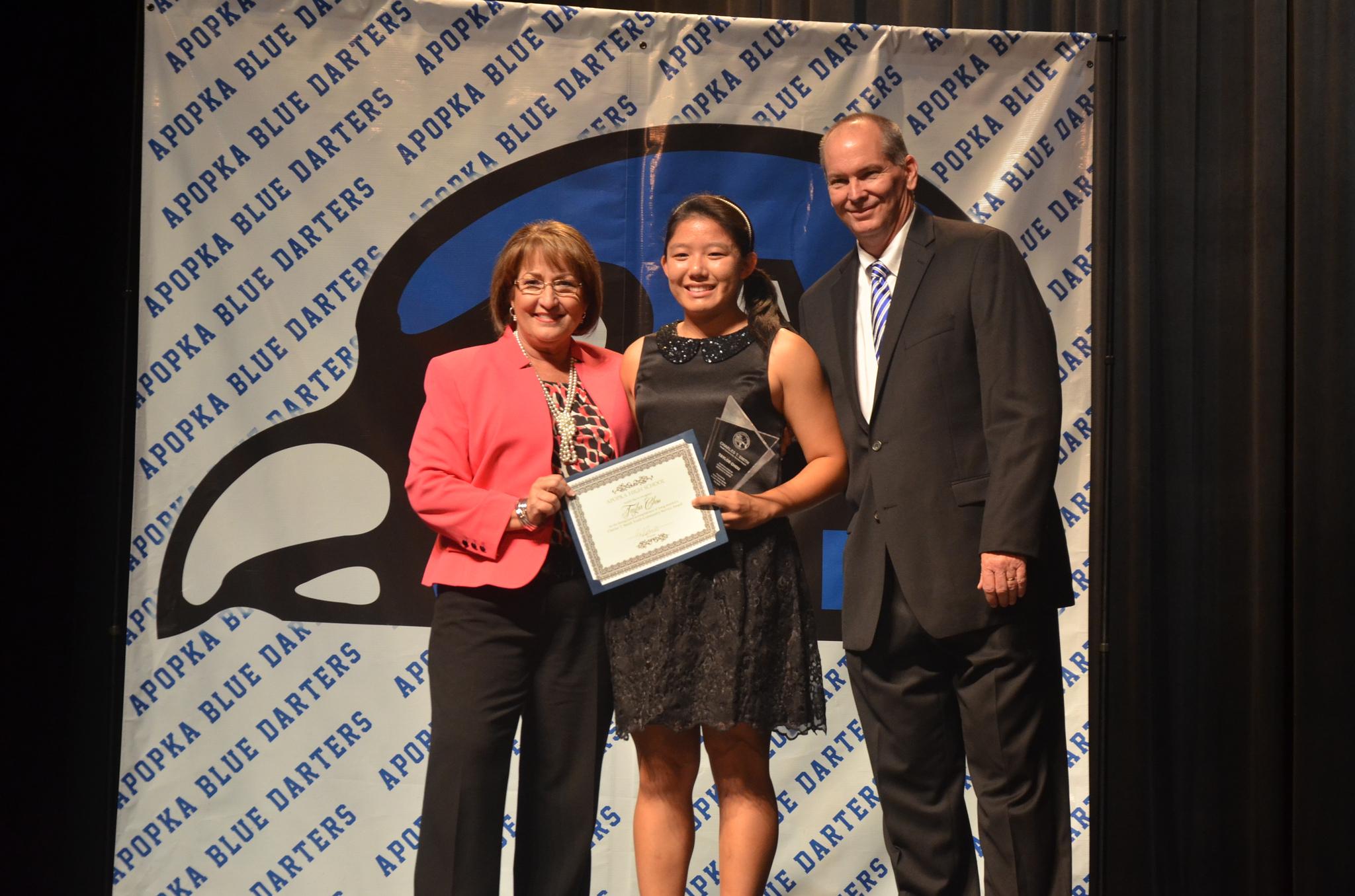 La Alcaldesa Jacobs hace entrega de un premio a estudiante de la escuela superior Apopka High School
