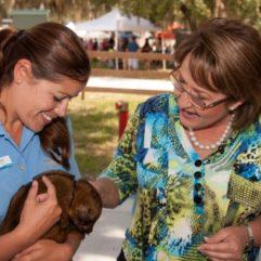 La Alcaldesa Jacobs con una empleada de OCAS y un pequeño animal