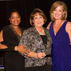 La Alcaldesa Jacobs con dos mujeres