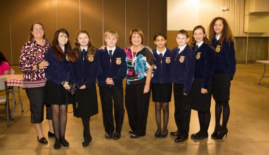 La Alcaldesa Jacobs junto con estudiantes de las organizaciones Future Farmers of America (FFA)