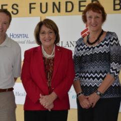La Alcaldesa Jacobs junto a tres personas en el Centro Receptor Central Belvin Perry, Jr.