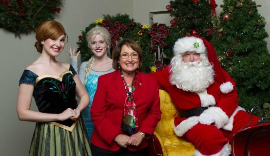 La Alcaldesa Jacobs con personajes navideños