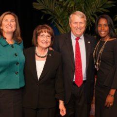 La Alcaldesa Jacobs y los Comisionados en la Ceremonia de Juramento de Posesión