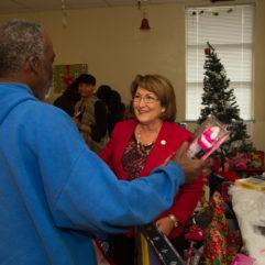 La Alcaldesa Jacobs en la Colecta de Juguetes Héroes en Estas Fiestas