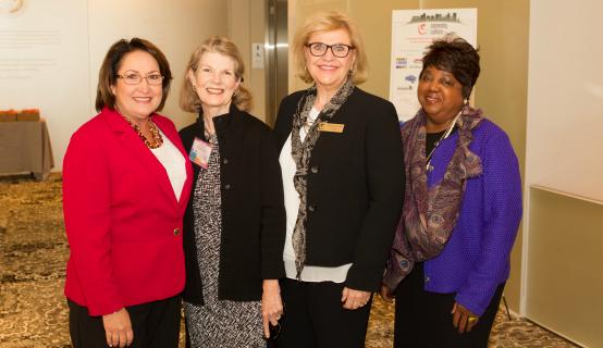 La Alcaldesa Jacobs junto al personal en la Conferencia de Arte