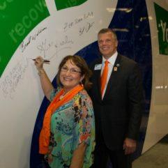 La Alcaldesa Jacobs firmando una pared en la Exposición Internacional de Plásticos