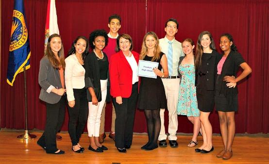 La Alcaldesa Jacobs con participantes de la Conferencia de Liderazgo para Jóvenes