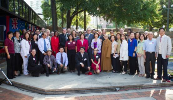 La Alcaldesa Jacobs junto al personal en la celebración del Mes de la Herencia Asiática y de las Islas del Pacífico