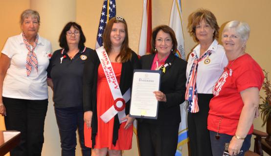 La Alcaldesa Jacobs y el personal conmemoran Conmemora el Día de la Amapola en Recuerdo a los Caídos