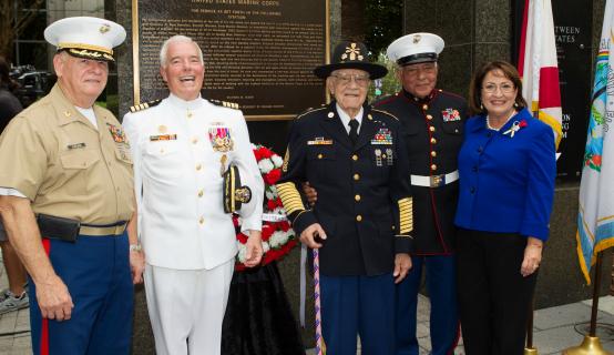 La Alcaldesa Jacobs junto al personal en el Día de Conmemoración a los Caídos
