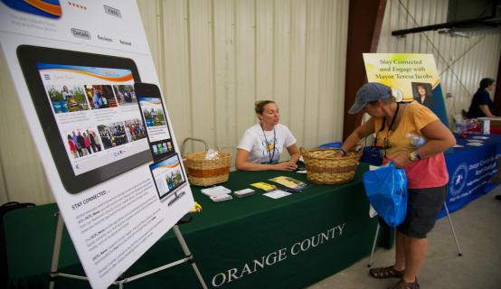 Empleada del CO trabajando en un puesto de la Exposición sobre Huracanes