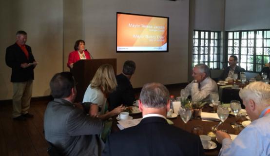 La Alcaldesa Jacobs hablando en la reunión de Liderazgo del Desarrollo Económico