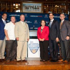 La Alcaldesa Jacobs y el Alcalde Dyer con el nuevo comité organizador de baloncesto masculino