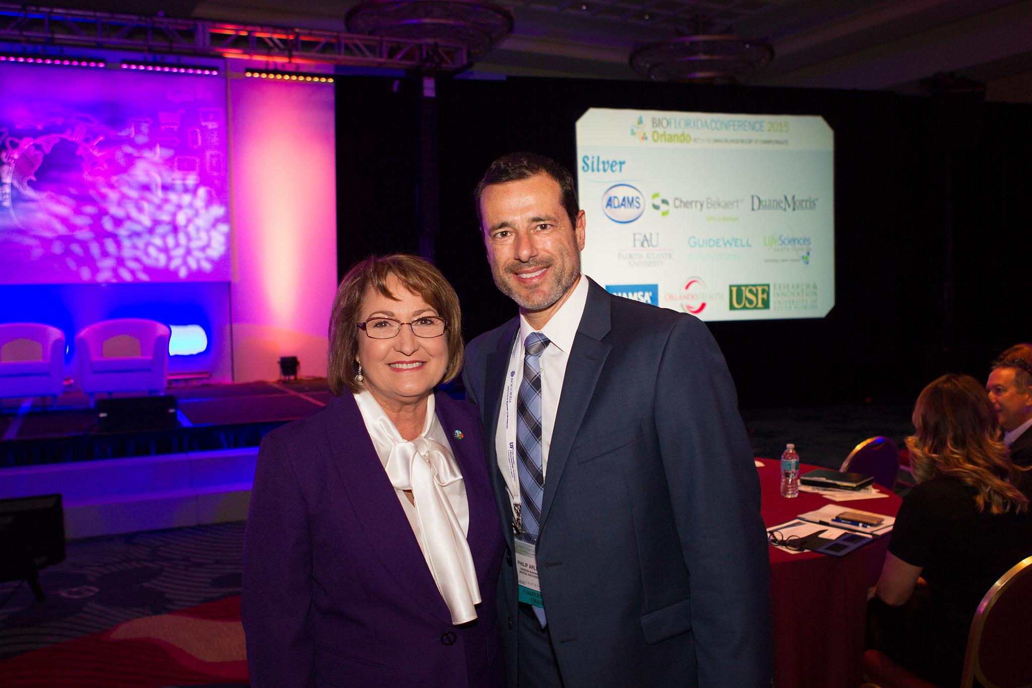La Alcaldesa Jacobs con un participante de la Conferencia de BioFlorida