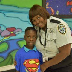 Oficial de Correccionales del CO junto a un niño