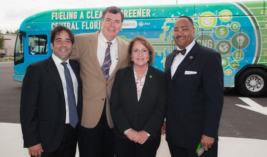 La Alcaldesa Jacobs junto al personal de la Estación de Gas Natural