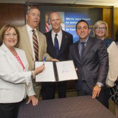 El Condado de Orange Organiza la Ceremonia de la Aprobación del Proyecto de Ley de Asistencia para Viviendas