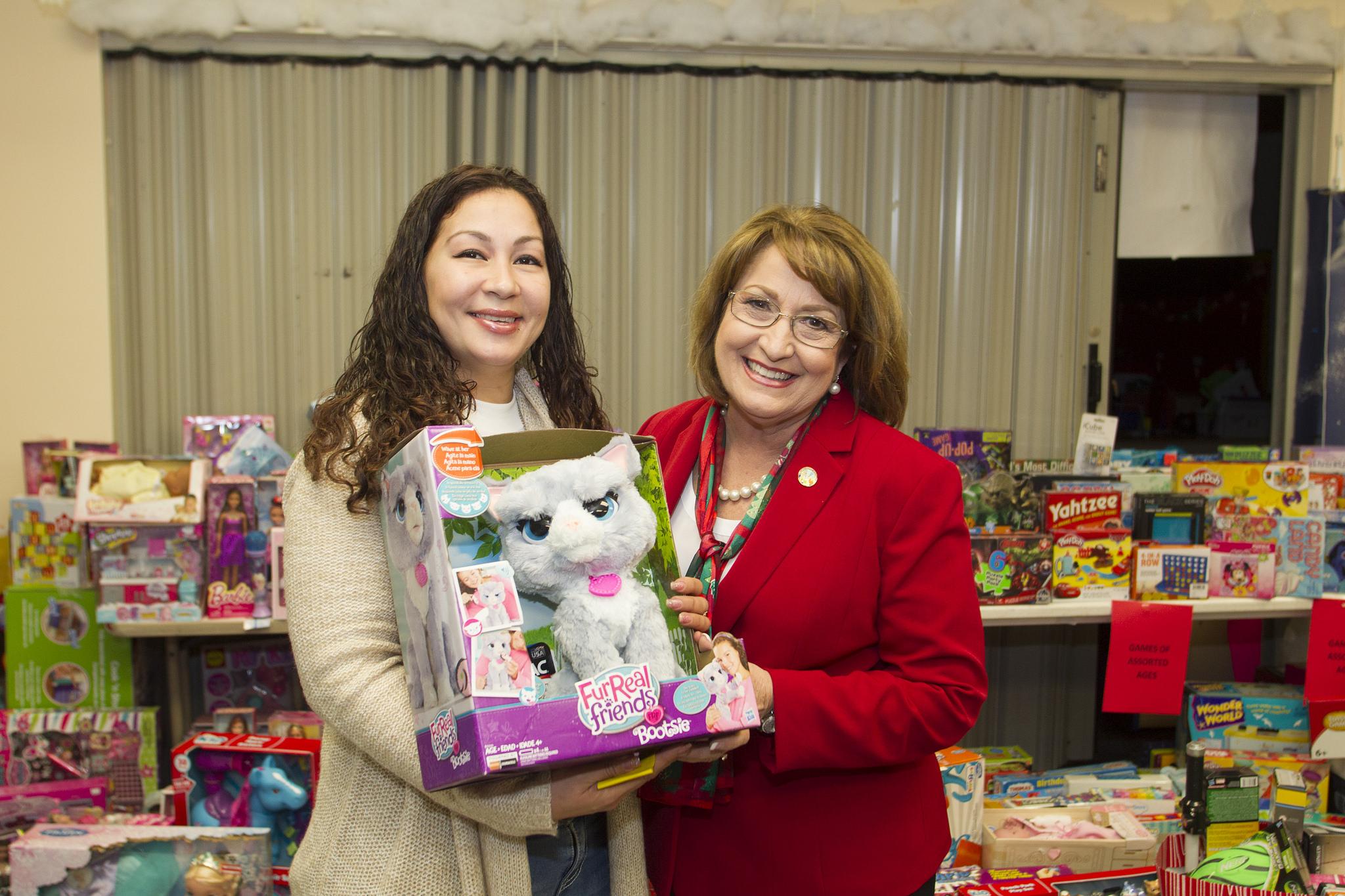 La Alcaldesa Jacobs con participante de la Colecta de Juguetes