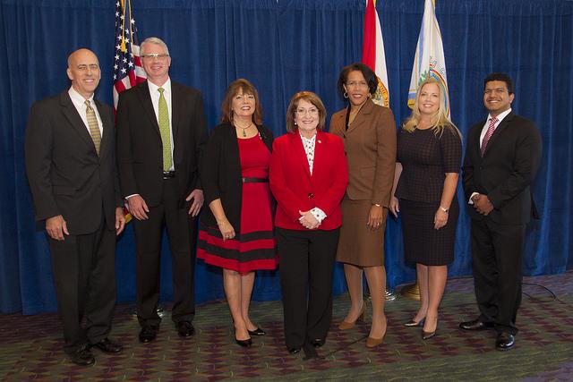 La Alcaldesa Jacobs y participantes de la Cumbre Económica