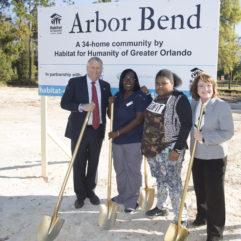 La Alcaldesa Jacobs, el Comisionado Nelson y otras dos personas presentes en el inicio de obras de Arbor Bend