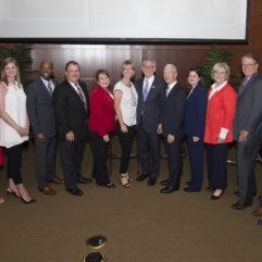 """La Alcaldesa Jacobs y personas para la iniciativa """"Housing First"""""""
