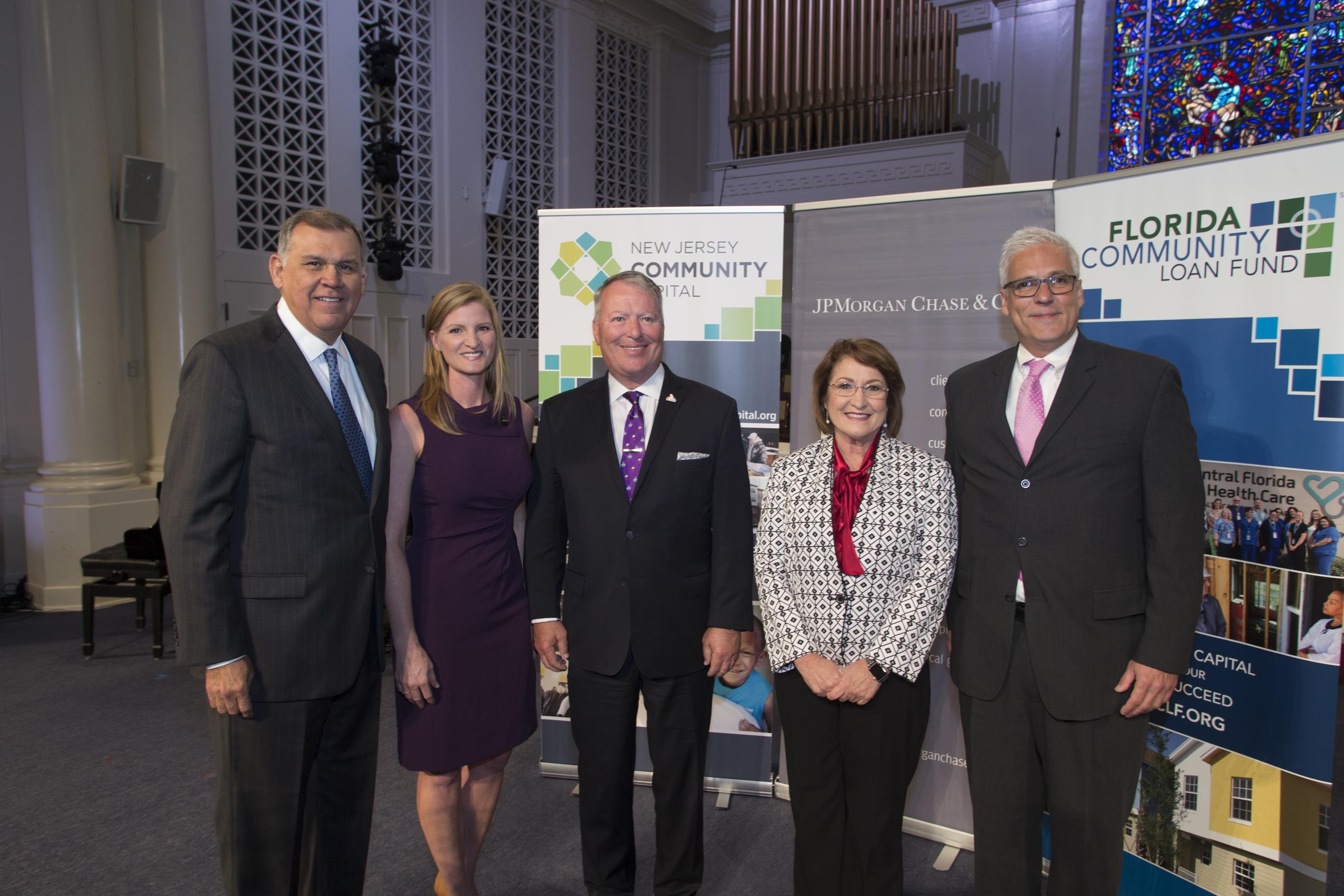 La Alcaldesa Jacobs, el Alcalde Dyer y el personal de JP Morgan