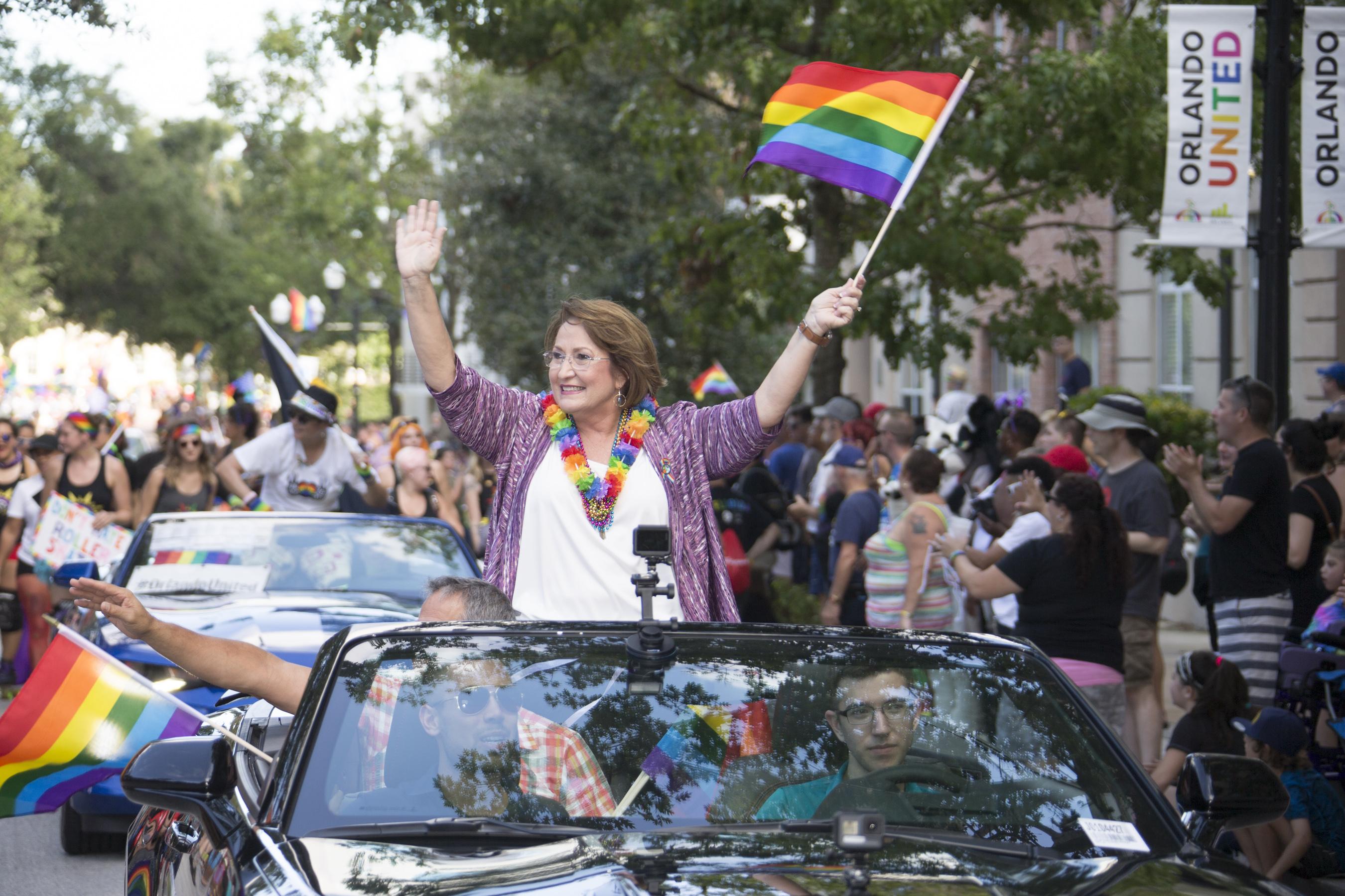 La Alcaldesa Jacobs en el Desfile del Orgullo Gay