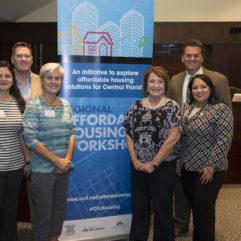 La Alcaldesa Jacobs y representantes en el Taller de Viviendas Asequibles