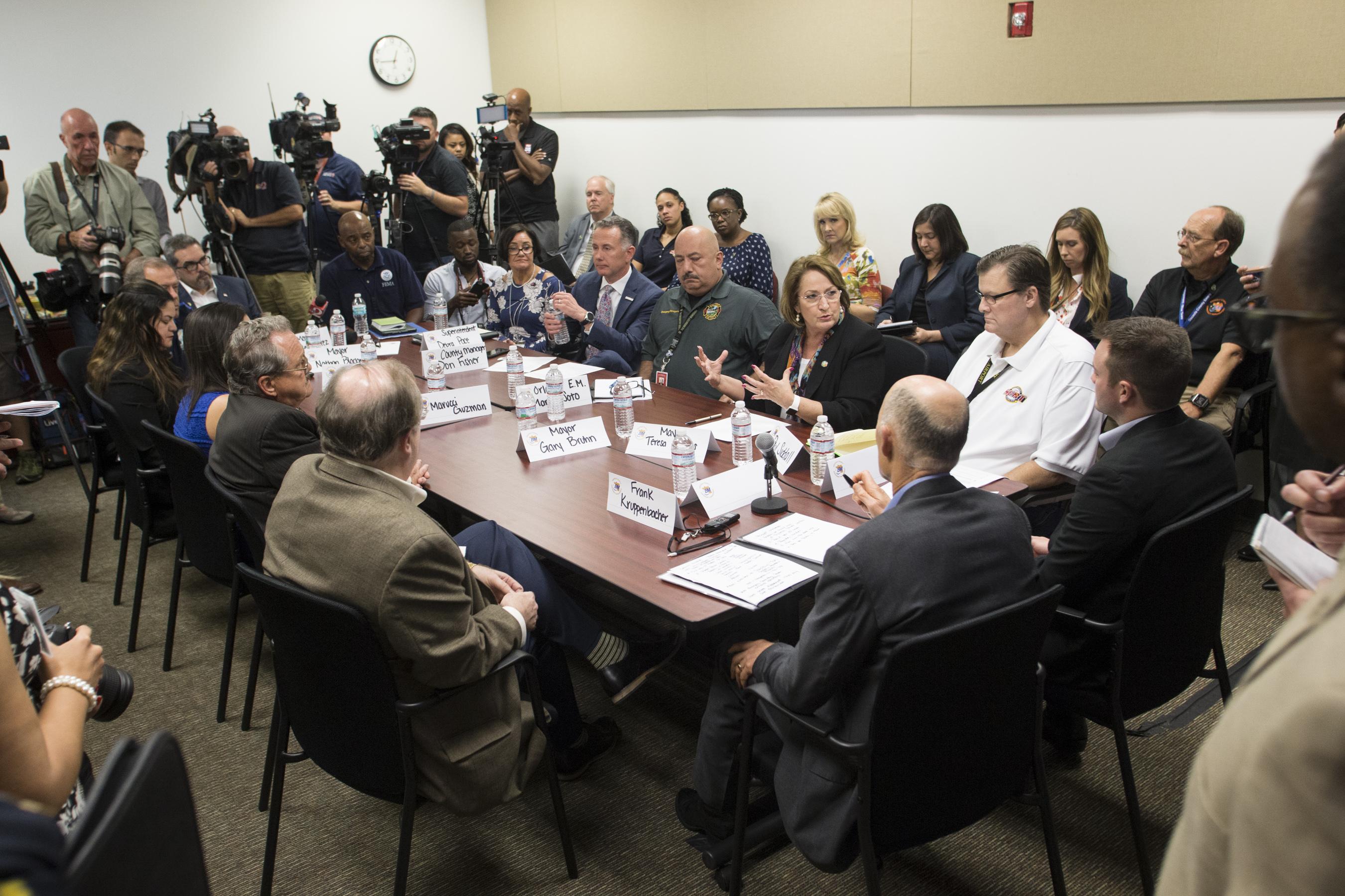 La Alcaldesa Jacobs junto al Gob. Scott en una mesa redonda sobre los Esfuerzos de Ayuda para Puerto Rico