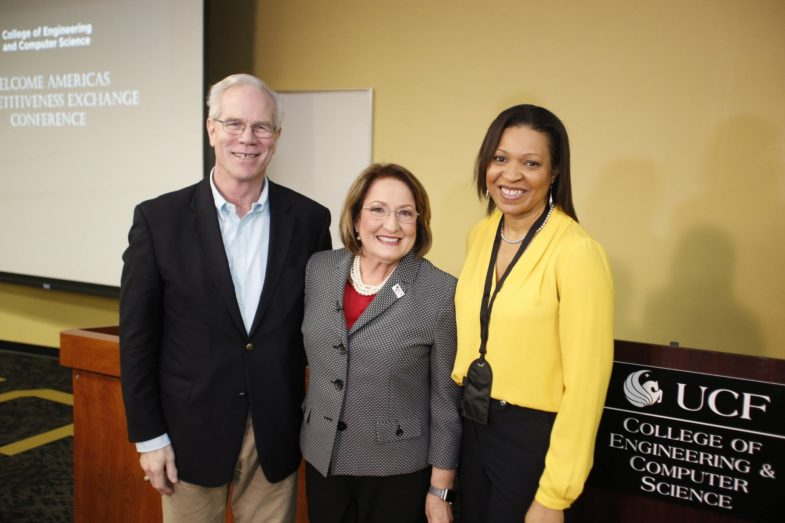 La Alcladesa Jacobs junto al personal de la UCF