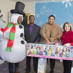 La Alcaldesa Teresa Jacobs y los participantes de la Colecta de Juguetes sostienen juguetes donados