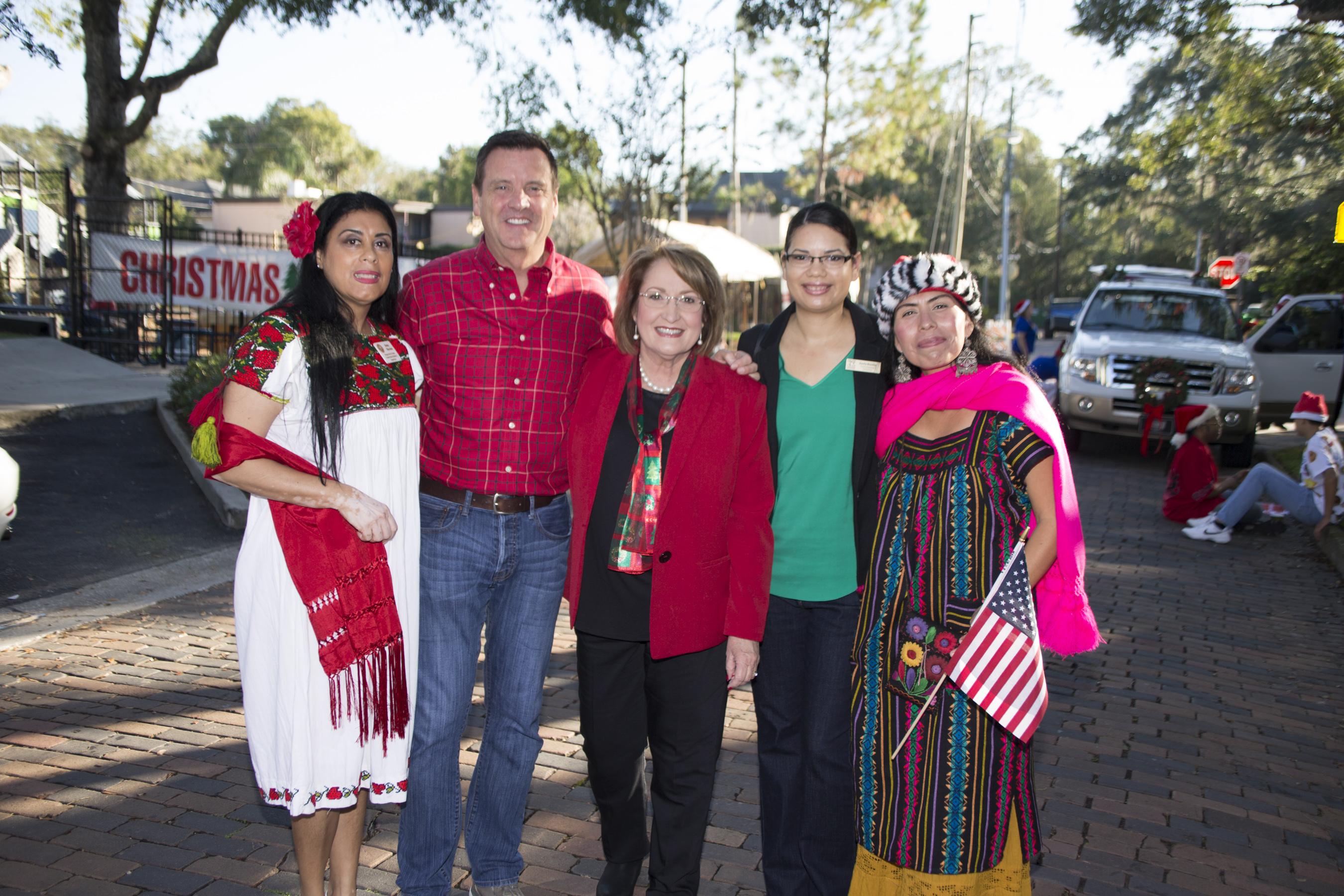"""La Alcaldesa Teresa Jacobs se reunió con líderes de la comunidad en el 65° Desfile Anual de Navidad """"Ye Olde Hometown"""" de la Ciudad de Winter Park."""