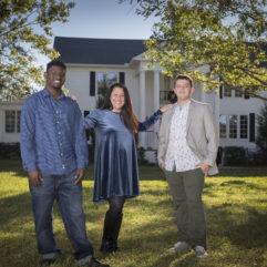La Directora de la División de Servicios para Jóvenes y Familias del Condado de Orange, Dra. Tracy Salem, junto a John Miracle y Mikha'el Crozier