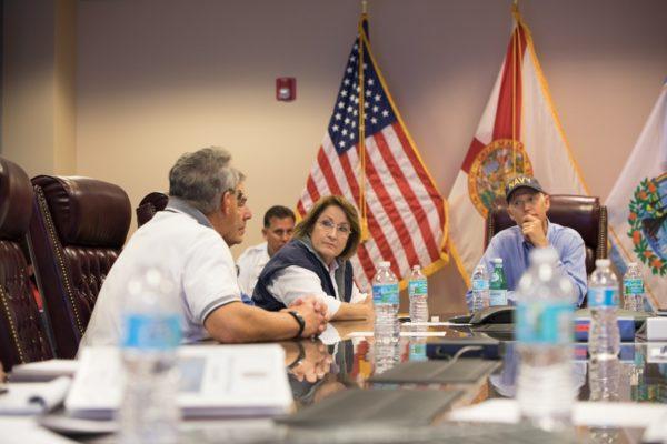 La Alcaldesa Teresa Jacobs y el Gobernador de la Florida, Rick Scott, mencionaron las medidas de seguridad en la reunión informativa en el Centro de Operaciones de Emergencia del Condado de Orange antes de que el Huracán Irma tocara tierra el 11 de septiembre de 2017.