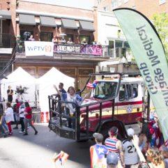 La Alcaldesa Jacobs en un camión de bomberos en el desfile