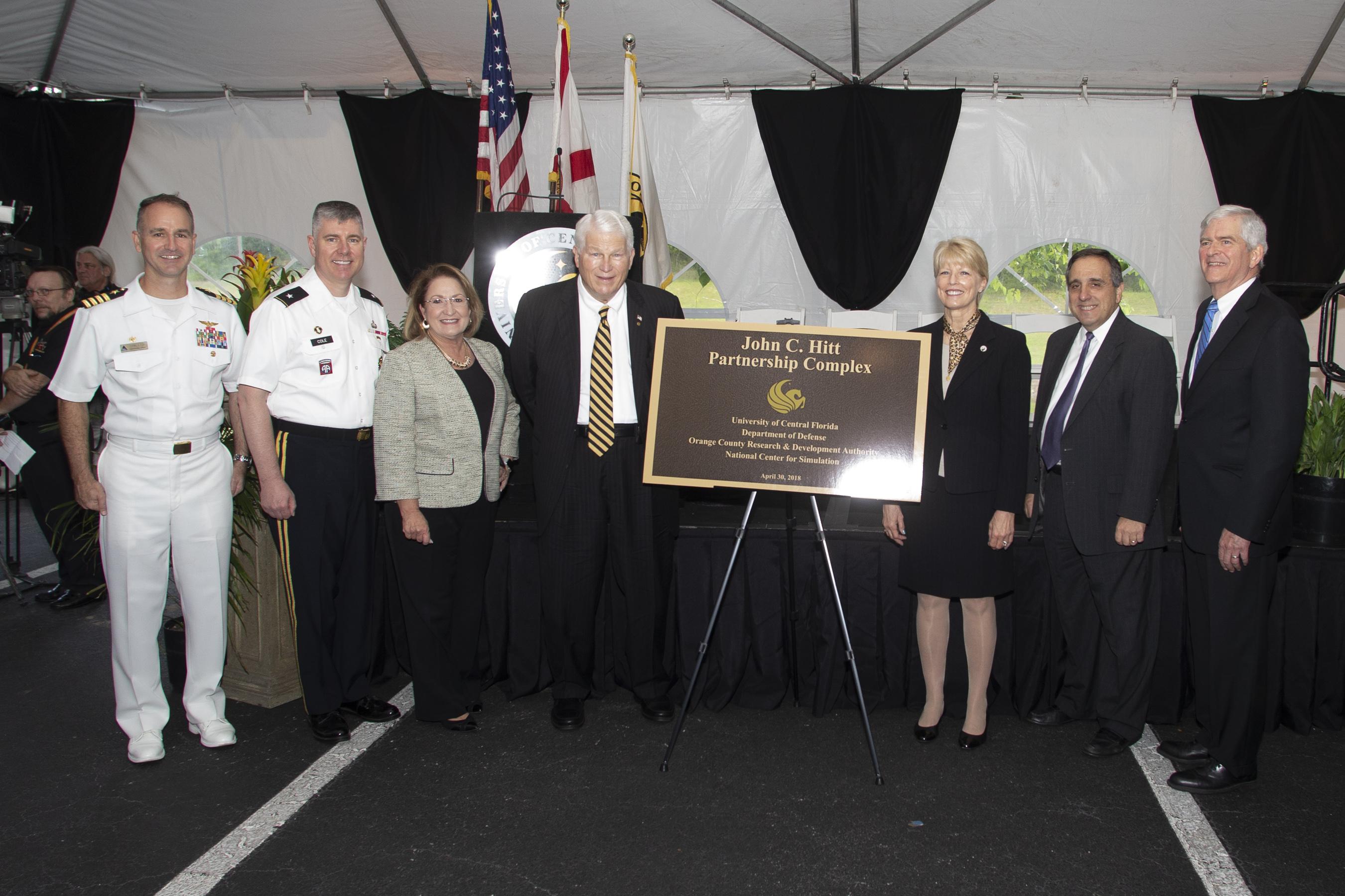 La Alcaldesa Jacobs, el Dr. Hitt y cinco otras personas posando para una foto
