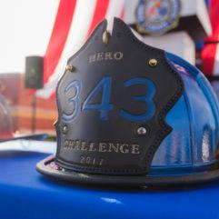 """Un casco azul de bombero con la inscripción """"343 Hero Challenge"""""""