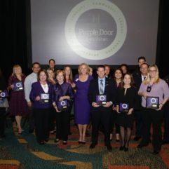 La Alcaldesa Jacobs y un grupo de personas posan con sus premios