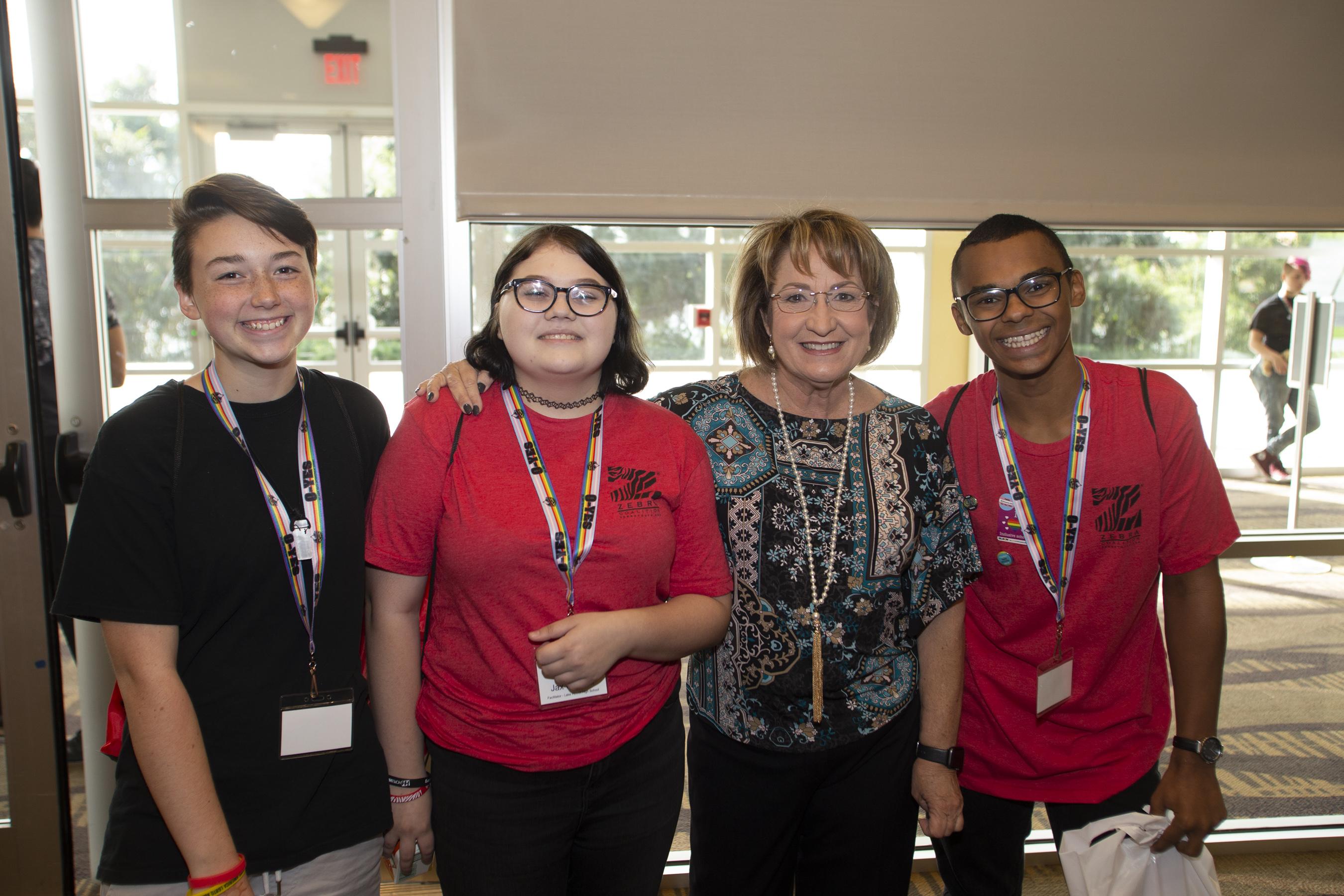 La Alcaldesa Jacobs posando en una foto con tres jóvenes