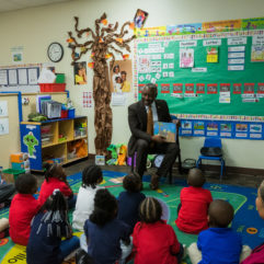 Mayor Demings reading to school children