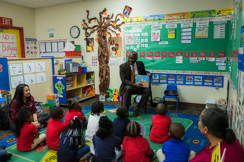 Mayor Demings reading to school children