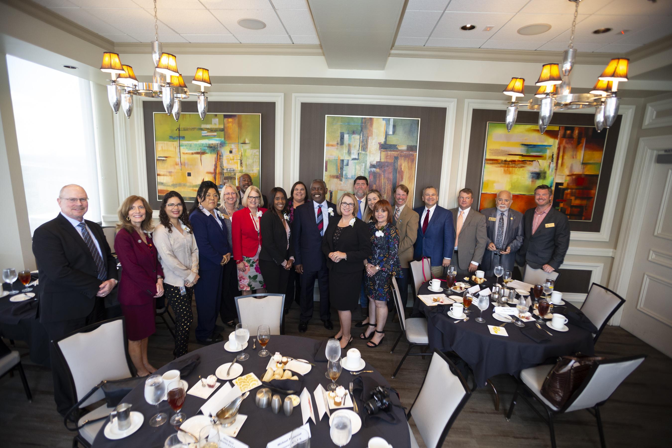 Líderes del Condado de Orange y miembros de la Junta de Comisionados del Condado posan para la foto