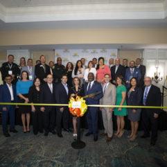 Líderes empresariales y de la comunidad reunidos para realizar el corte de cinta en laConferencia Hispana de Negocios.