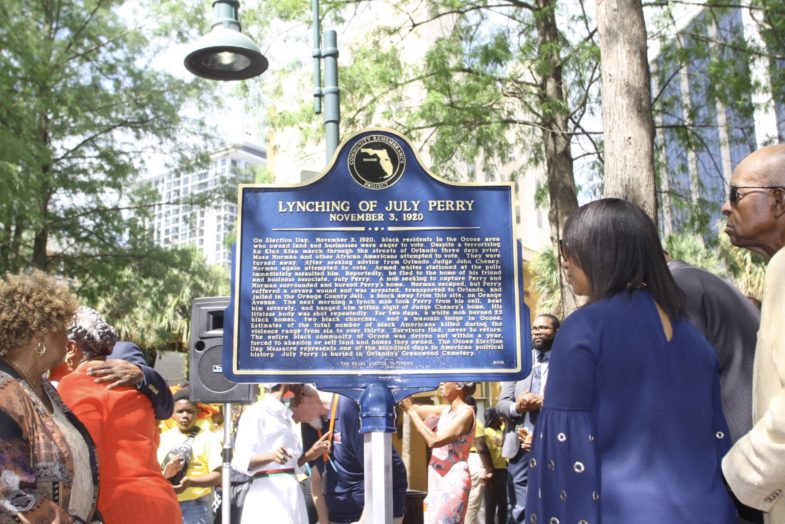 "Foto de la placa de July Perry cuya inscripción dice: ""Lynching of July Perry, November 3, 1920"""