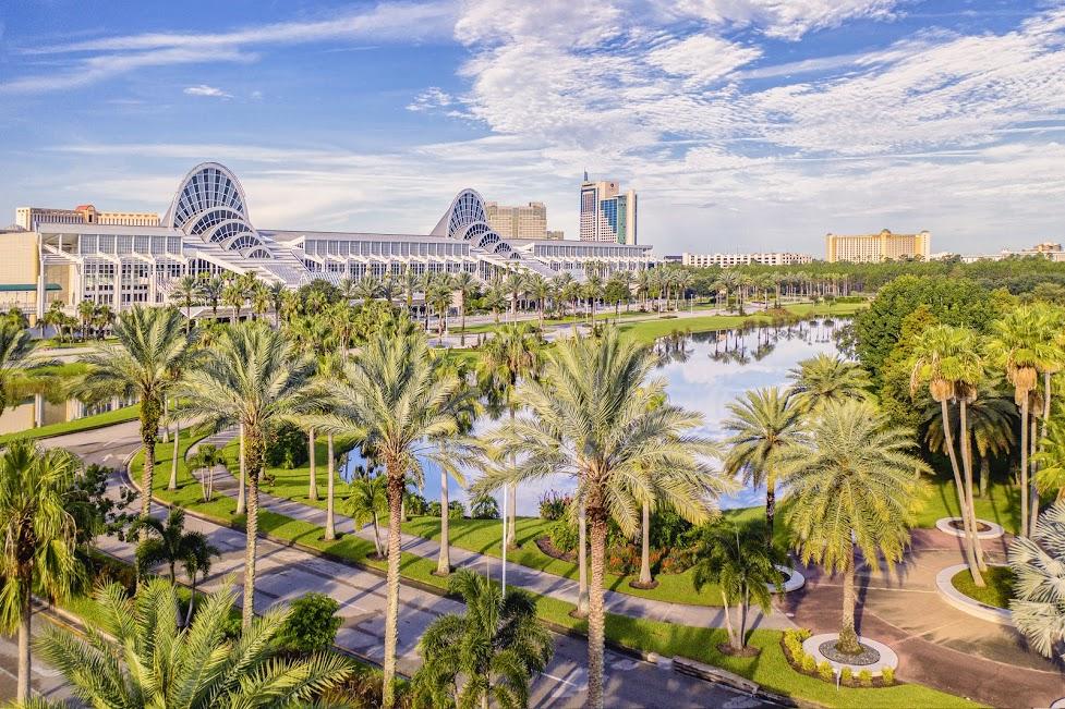 ElCentro de Convenciones delCondado de Orange en un día soleado