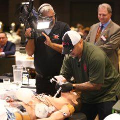 Cámaras de video graban una demostración de un paciente que está siendo intervenido por técnicos en medicina con la ayuda de tecnología de realidad aumentada