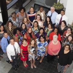Foto grupal de una docena de personas