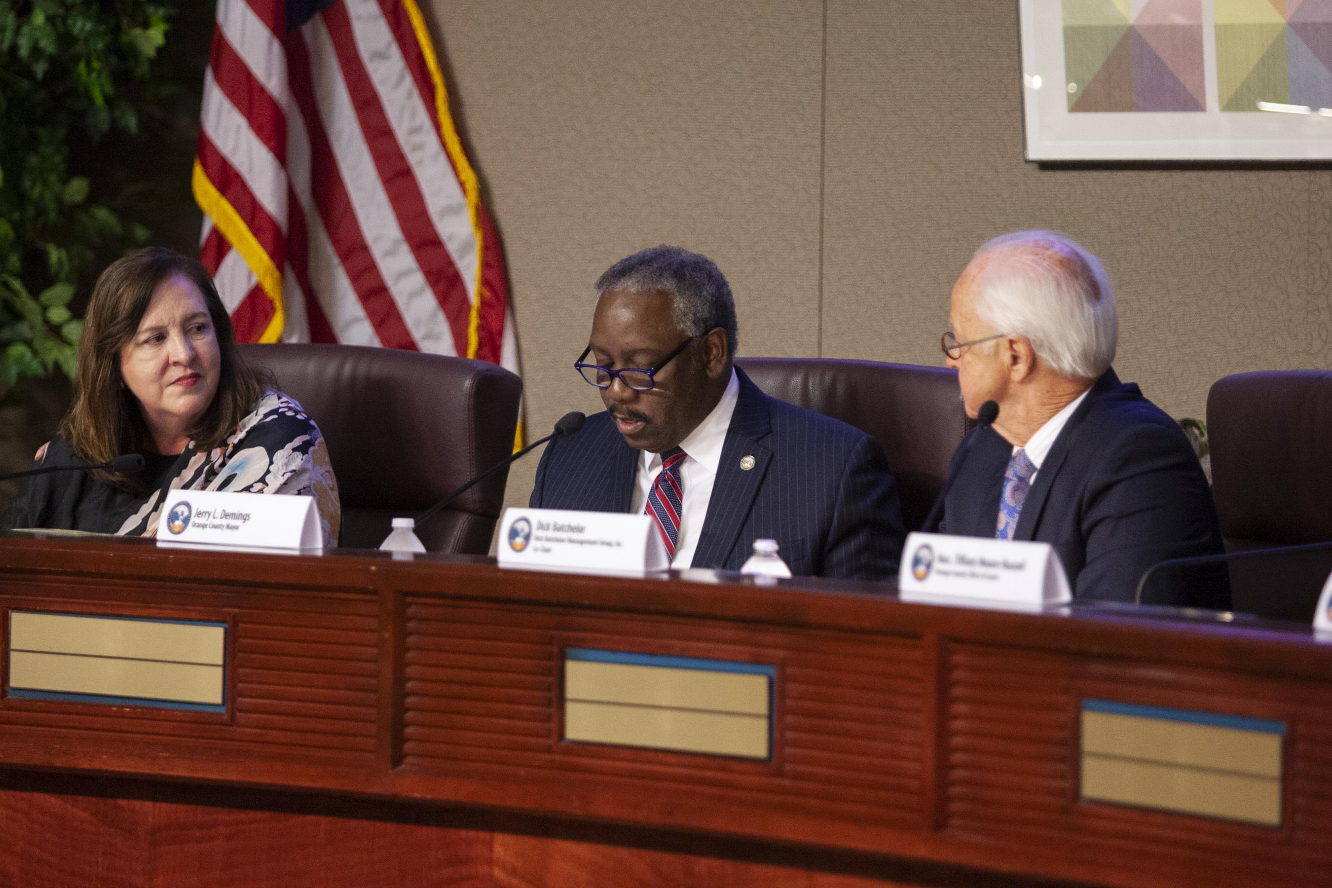 El Alcalde Demings y otros miembros de la comisión en el estrado